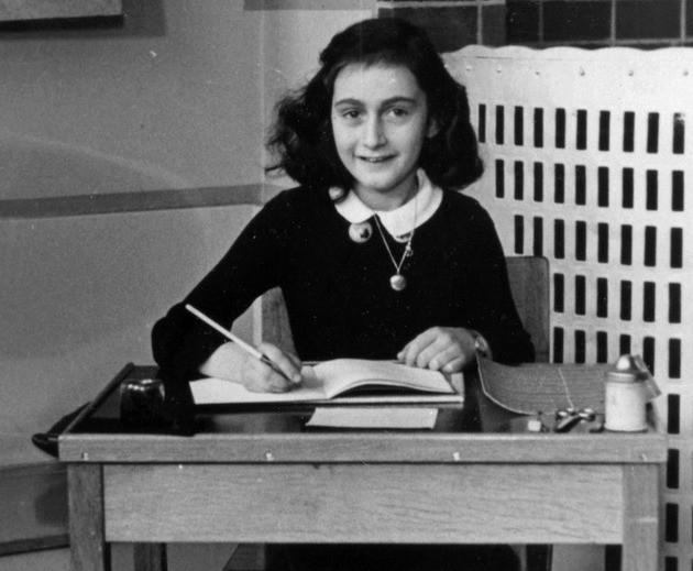 Anne Frank escrevendo