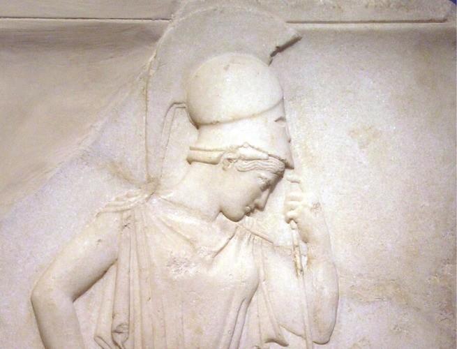 atena com a lança e o capacete