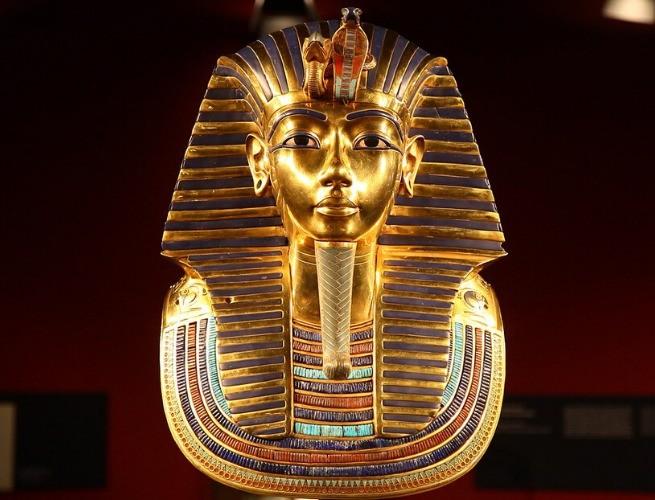Máscara mortuária de ouro vista de frente (réplica)