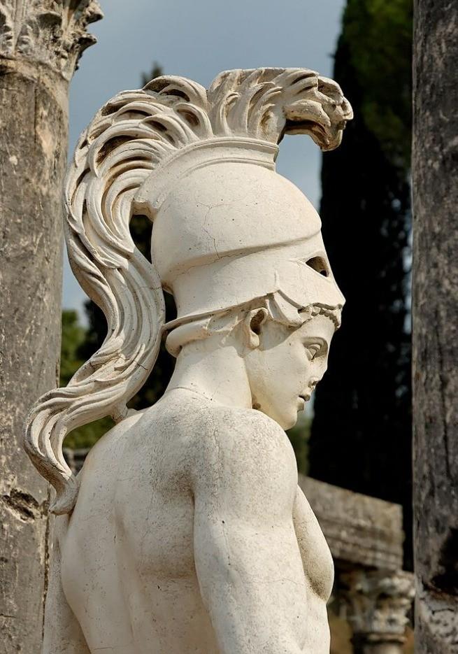 Ares com o elmo grego na cabeça