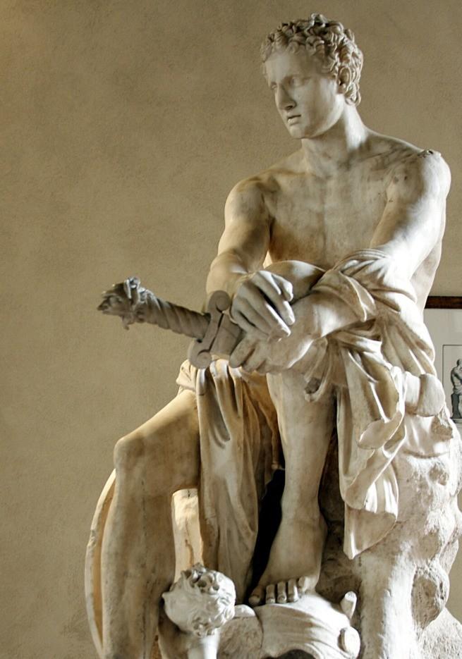 Representado com uma espada na mão
