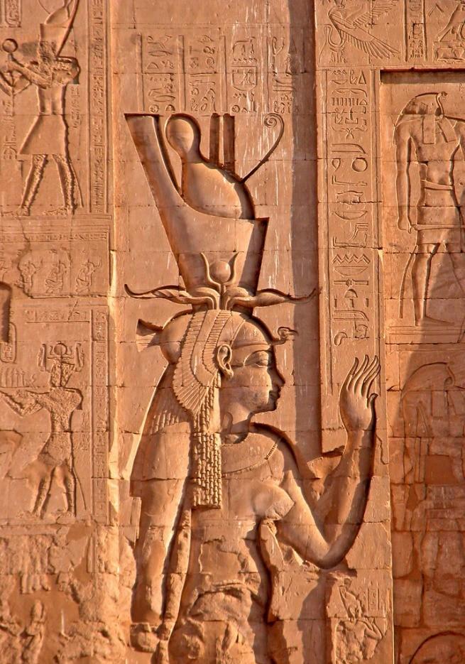 Representação de ísis num Templo de Hórus