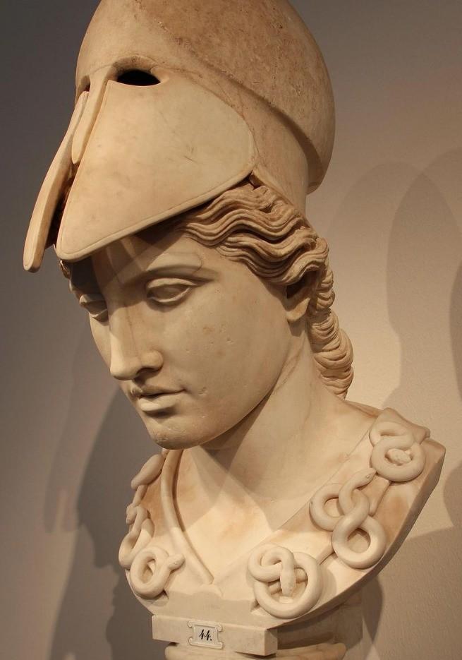 Estátua de Atena com o capacete