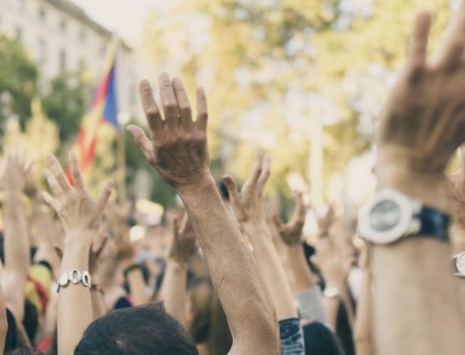 direitos humanos - pessoas com as mãos levantdas