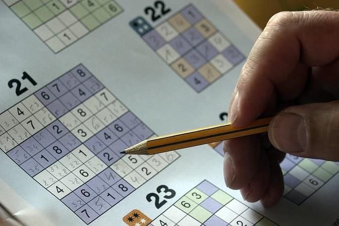 homem jogando sudoku