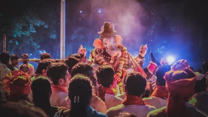 Fotografia de um festival de celebração ao deus Ganesha.