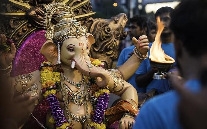 Fotografia de festival em celebração ao deus Ganesha na Índia.