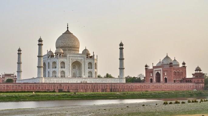 Taj Mahal e edifícios secundários que compõem o complexo