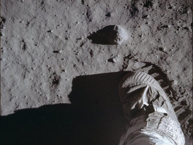 O pé de buzz aldrin na lua