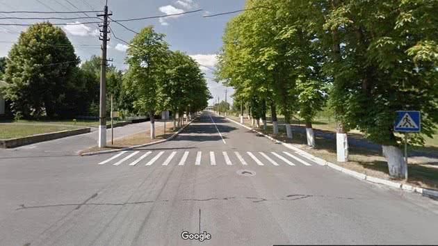 Avenida com a grama aparada em Chernobyl