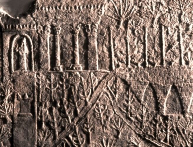 Escrita cuneiforme que possibilitou a descoberta da pesquisadora Dalley