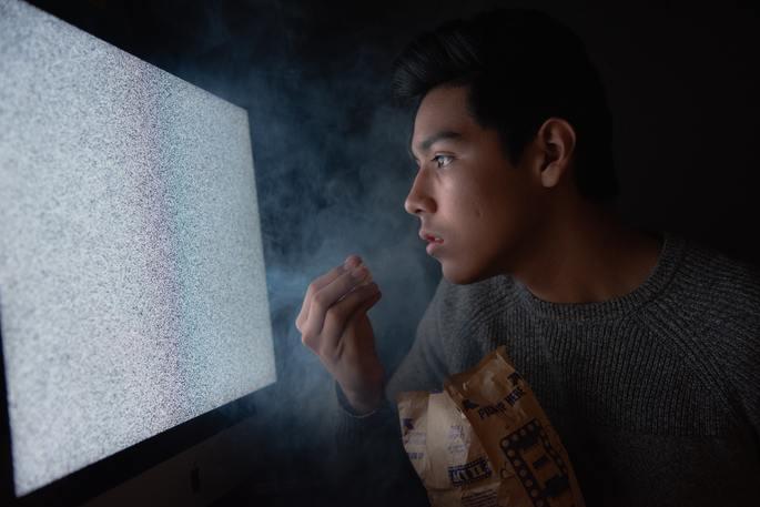 jovem vendo TV