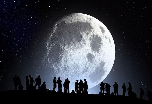 Lua cheia e pessoas