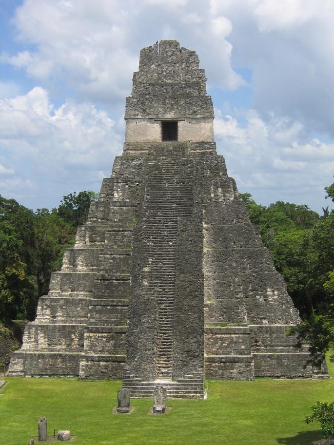 Pirâmide maia na cidade de Tikal_By Raymond Ostertag_Wikipedia