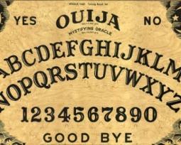"""Tabuleiro Ouija:  a origem e as regras da versão original do """"jogo do copo"""""""