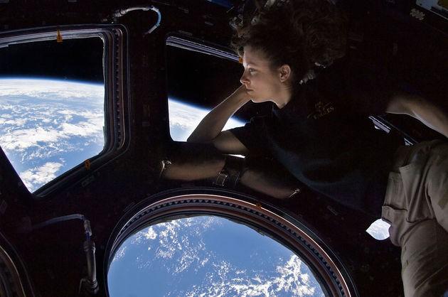 Tracy Caldwell Dyson observando a vista da Estação